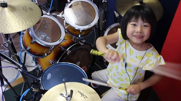 Una niña baterista de 8 años cautiva internet con covers de Led Zeppelin