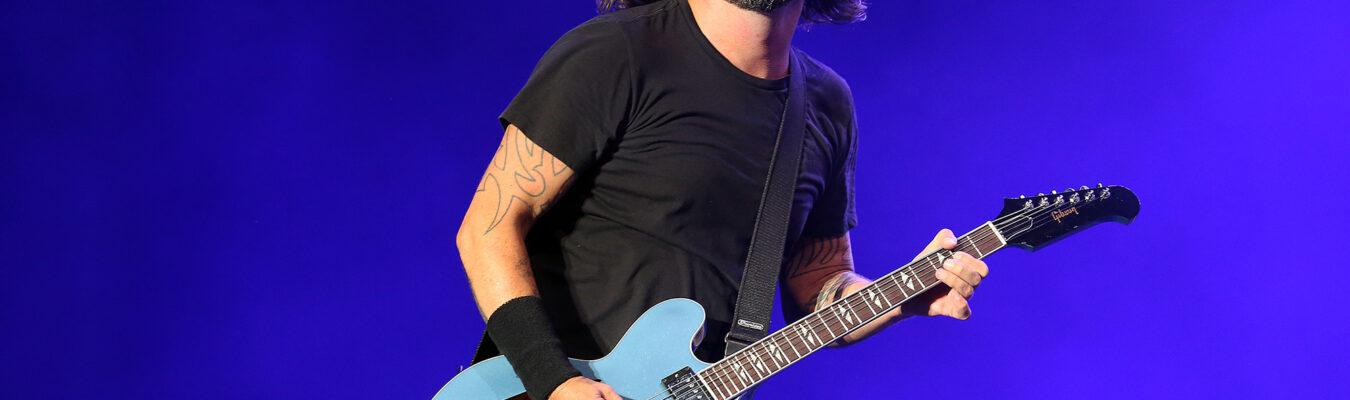 Dave Grohl le compuso una canción a Nandi, la nena de 10 años, que la rompe tocando la bateria en YouTube
